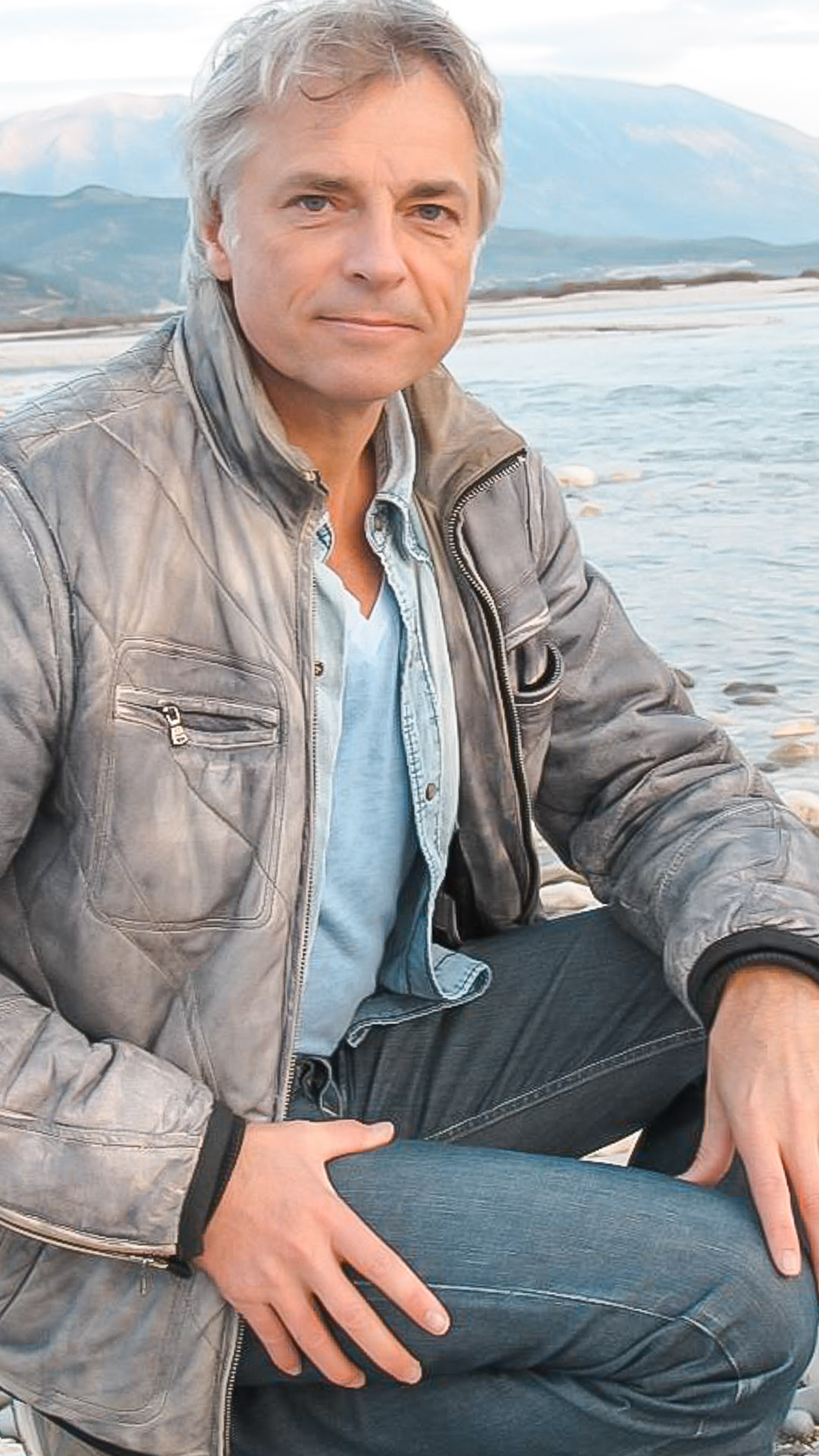 Ulrich Eichelmann vor einem Fluss