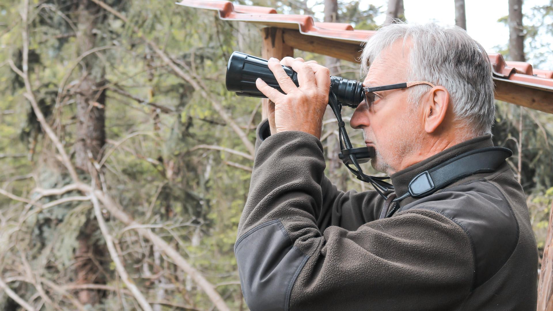 Wilfried Rom hält Ausschau nach Wildtieren.